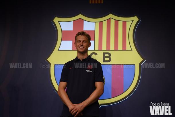 De Jong posando al lado del escudo del FC Barcelona. FOTO: Noelia Déniz