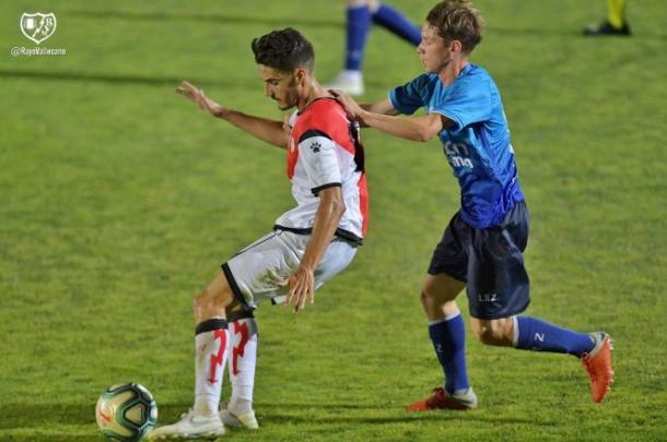 Óscar Valentín a punto de golpear al esférico | Fotografía: Rayo Vallecano S.A.D.