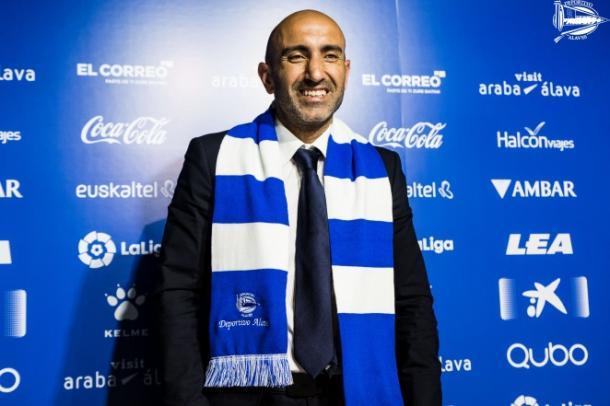 Pitu Abelardo, con la bufanda del Deportivo Alavés, tras estampar su firma como entrenador. Fuente: deportivoalaves.com