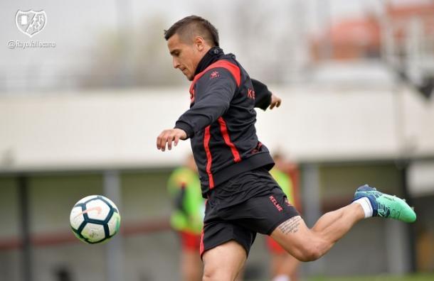 Trejo a punto de golpear un balón durante un entrenamiento   Fotografía: Rayo Vallecano S.A.D.