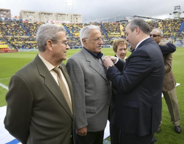 Gilberto I recibiendo la insignia de oro y brillantes | Foto: www.udlaspalmas.es