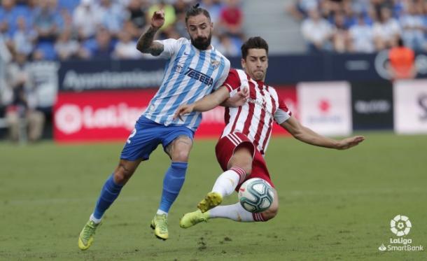 De la Hoz peleando un balón frente al Málaga | Fuente: UD Almería