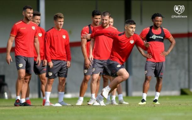 Amat junto al resto de sus compañeros en el entrenamiento | Fotografía: Rayo Vallecano S.A.D.