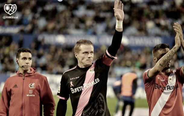 Alberto García saludando a la afición | Imagen: www.rayovallecano.es