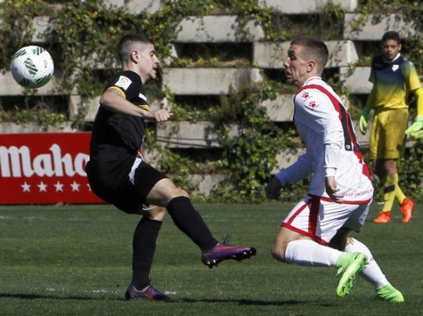 Joni Montiel luchando por conseguir la posesión. Fotografía: Rayo Vallecano S.A.D.