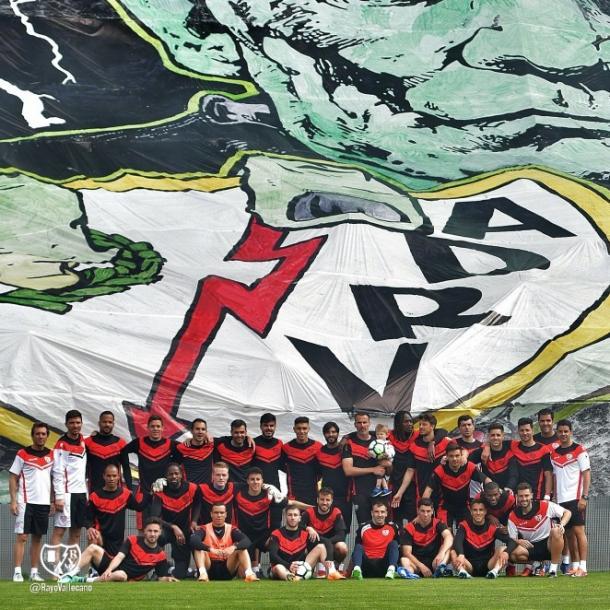 Jugadores del Rayo Vallecano posando junto al tifo   Fotografía: Rayo Vallecano S.A.D.