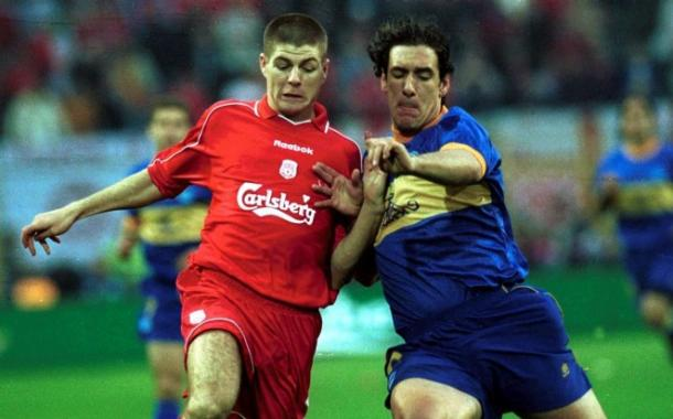 Óscar Téllez y Gerrard, pelean por un balón, el día de la Final De Dortmund. Fuente: deportivoalaves.com