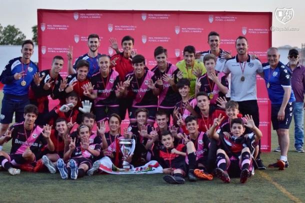 Jugadores del Infantil A posando con el trofeo | Fotografía: Rayo Vallecano S.A.D.