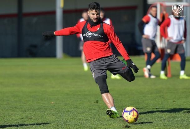 Javi Guerra golpeando un balón | Fotografía: Rayo Vallecano S.A.D.