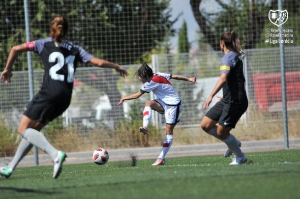 Iris Ponciano golpeando el esférico | Fotografía: Rayo Vallecano S.A.D.