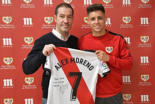 Álex Moreno posando con su camiseta | Fotografía: Rayo Vallecano S.A.D.