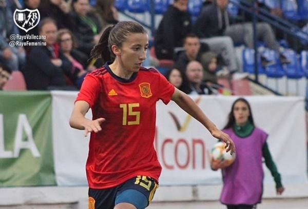 Sheila con la camiseta de la Selección Española | Fotografía: Rayo Vallecano S.A.D.