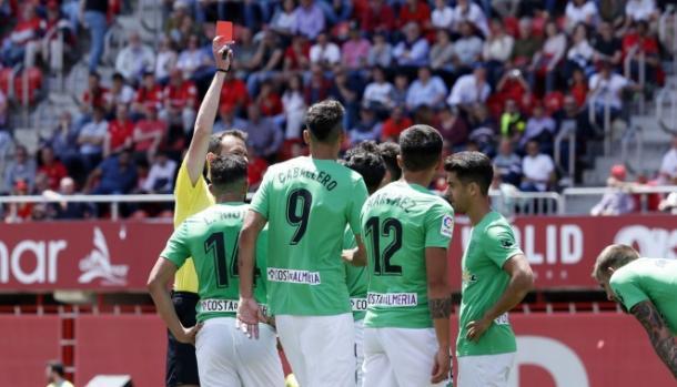 El árbitro enseñó tres rojas a jugadores rojiblancos | Fuente: La Liga