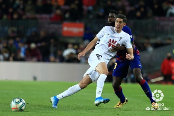 Carlos Fernández, defendido por Umtiti en el choque disputado en el Camp Nou ante el FC Barcelona | Fuente: LaLiga Santander