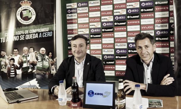 Alfredo Pérez, a la izquierda, durante la presentación de la campaña de abonos (Foto: www.realracingclub.es)