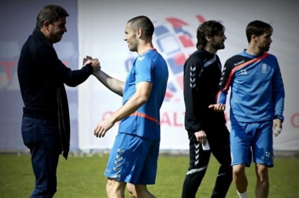Diego Cervero, capitan del Real Oviedo, saludando a Arturo Elías (FOTO: Real Oviedo)