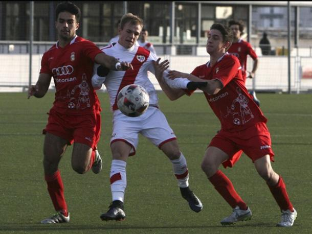 Sergio Benito luchando con dos rivales por un balón. Fotografía: Rayo Vallecano S.A.D.