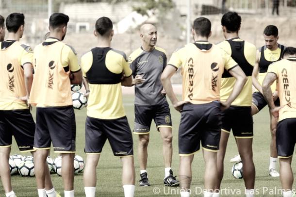 Pako Ayestarán dirigiendo un entrenamiento | Foto: www.udlaspalmas.es