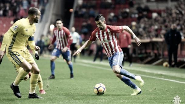 Michel Santos contra el Cádiz. Foto: Sporting de Gijón
