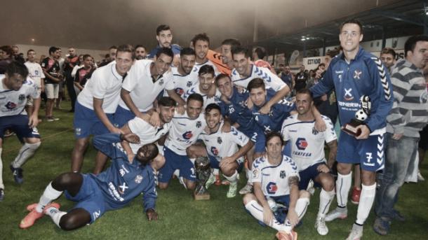 Los jugadores celebrando el Trofeo Teide | Foto vía www.clubdeportivotenerife.es