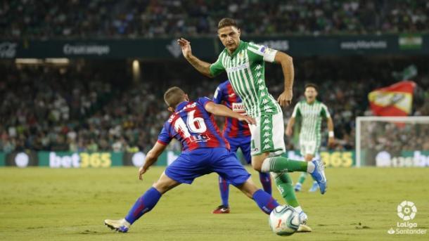 De Blasis defiende a Joaquín durante el Real Betis vs. SD Eibar | Fuente: LaLiga Santander