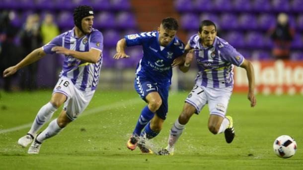 Imagen de Omar Perdomo en disputa del balón con dos jugadores del Valladolid. Foto: CD Tenerife