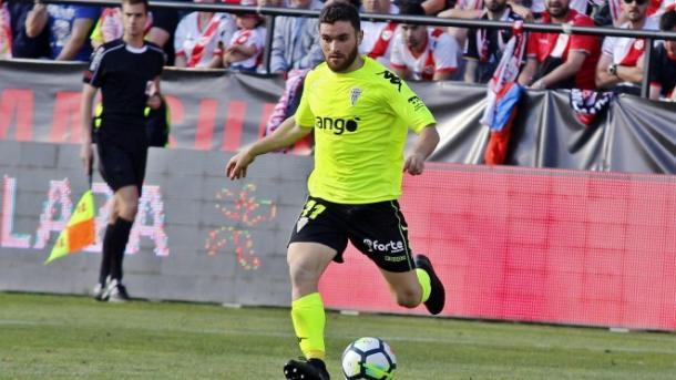 Javi Galán conduciendo el balón en el Rayo-Córdoba | Fuente: Córdoba CF