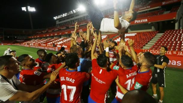 Los jugadores del Granada CF mantean a Diego Martínez | Foto: P. Villoslada / GCF