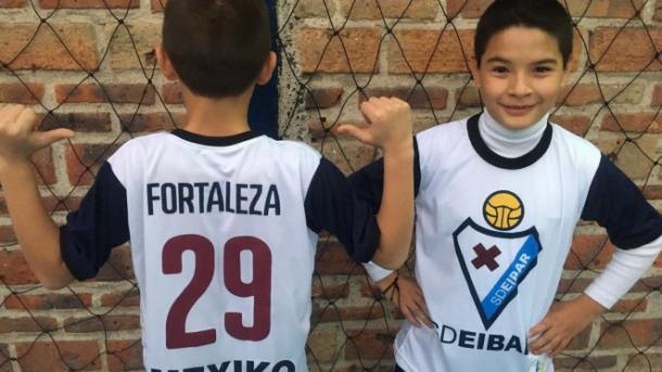 Los niños mostrando las camisetas | Imagen: SD Eibar