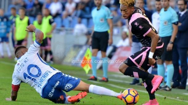 Mojica evitando la falta de un rival. Fotografúa: Rayo Vallecano S.A.D.
