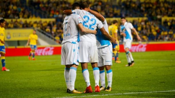 Piña del Deportivo tras marcar en Gran Canaria / Foto vía UD Las Palmas