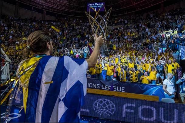 Bogris presenta el trofeo ante la grada del Santiago Martín | Fotografía: BCL.