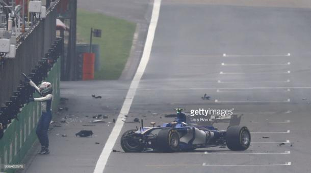 Giovinazzi walks away from his second shunt. | Photo: Getty Images/Lars Baron