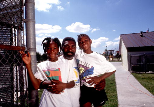 Richard Williams, center, with his daughters Venus, left, and Serena in 1991. (Photo by Paul Harris/Online USA)