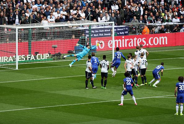 De falta, Willian abriu o placar; brasileiro ainda marcou o segundo | Foto: Christopher Lee/The FA via Getty