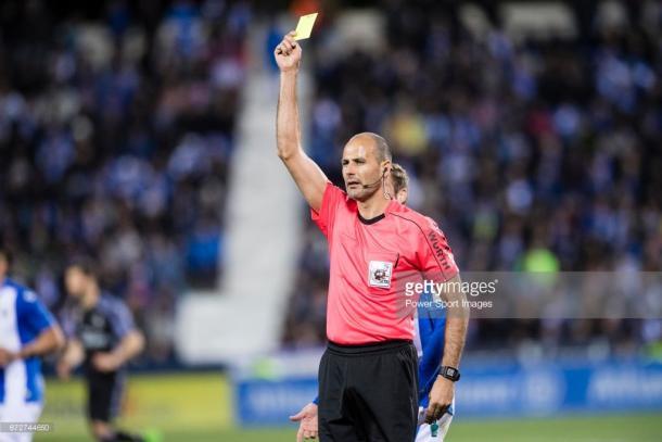 Álvarez Izquierdo muestra una amarilla mientras dirigía el Leganés-Real Madrid. / Foto: gettyimages