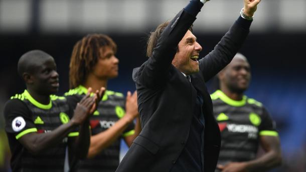 Conte pudo consagrase en su primera campaña al frente de Chelsea | Foto: Premier League.