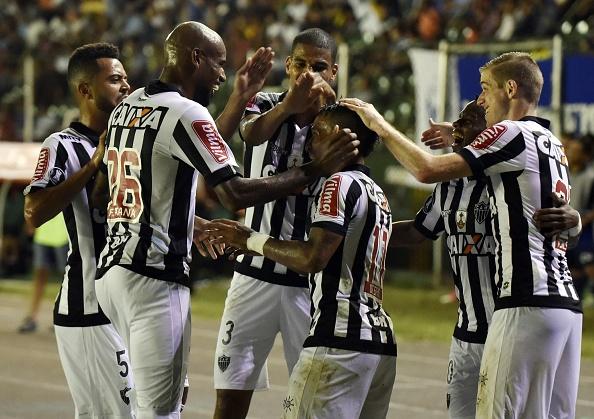 Jogadores celebram com Otero o gol que o colombiano marcou (Foto: Aizar Raldes/AFP)