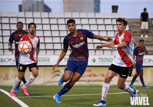 Los jugadores del Barça B y del L'Hospitalet mirando el balón. FOTO: Noelia Déniz