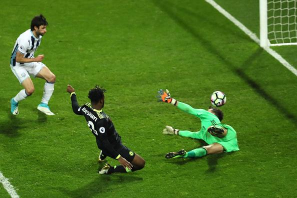 Batshuayi aproveitou cruzamento para garantir título inglês do Chelsea (Foto: Matthew Ashton / AMA / Getty Images)