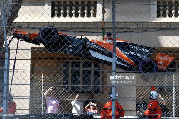 Button's car is lifted away after contact with Wehrlein. | Photo: Getty Images/Andrej Isakovic