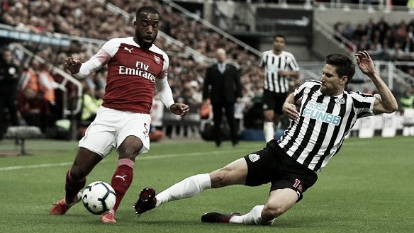 Lacazzete frente a un jugador del Newcastle / Foto: Premier League