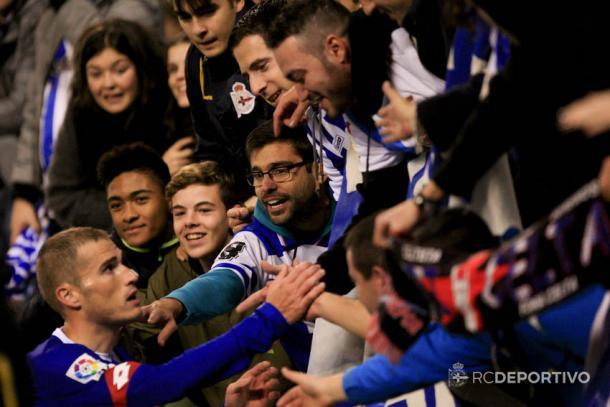 Álex Bergantiños saluda a la grada de Riazor | Imagen vía RC Deportivo