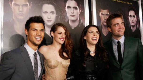 (De izquierda a derecha) Taylor Lautner, Kristen Stewart, Stephenie Meyer y Robert Pattinson   Foto: sensacine.com