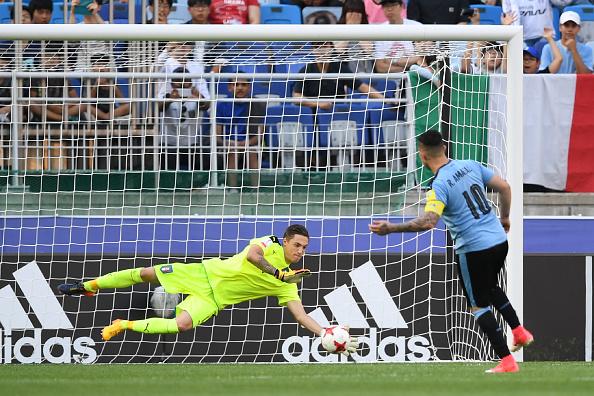 Cria do Milan, Plizzari pega pênalti na final da Copa do Mundo Sub-20 (Foto: Jung Yeon-Je/AFP)