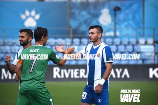 Campuzano (Espanyol B) con Eloy (UE Cornellà). FOTO: Noelia Déniz