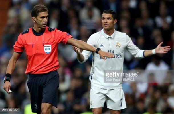 Tagliavento y Cristiano Ronaldo en un duelo de Champions League en el Bernabéu. / Foto: gettyimages