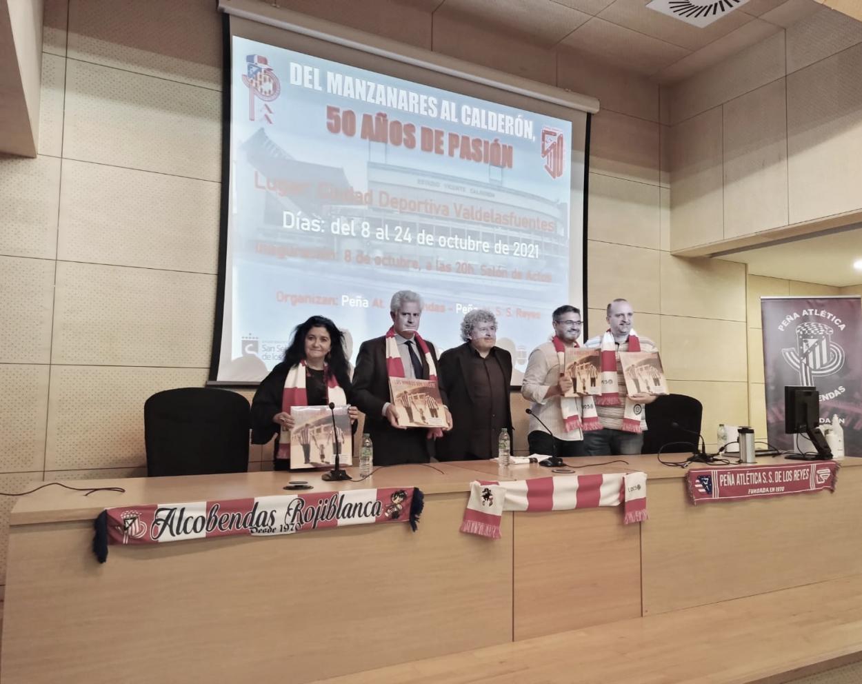 Los alcaldes de Alcobendas y San Sebastián de los Reyes junto a los presidentes de las peñas | Foto: Peña Atlética Alcobendas