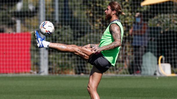 Sergio Ramos controla el esférico durante el entrenamiento   Fuente: @realmadrid (Twitter)