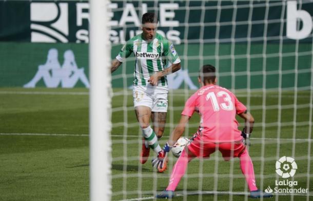Tello de cara a la portería de Edgar Badía en el gol. | Foto: LaLiga